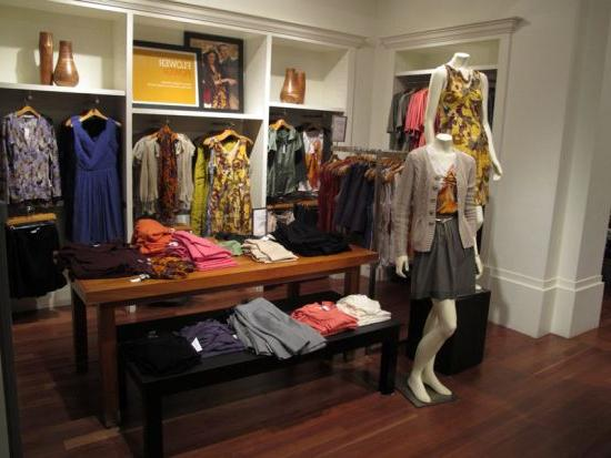 How to create a quality design for a women's clothing store?