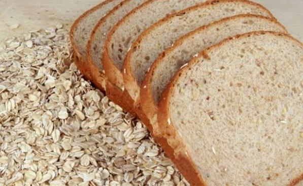 What vitamins are found in bread of different types?